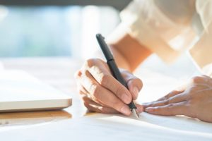 femme affaires asiatique signant document contractuel traitant 1421 670